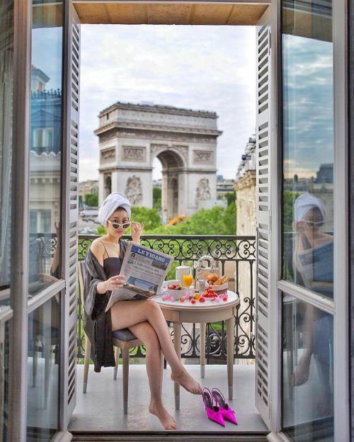 Mùa hè này, Trinh Hoàng đã in dấu chân mình ở các địa điểm như Pháp, Mỹ và cả Mexico. Cô nàng không ngần ngại chi tiền cho những resort đắt đỏ, hưởng những dịch vụ tốt nhất ở những địa điểm sang chảnh.