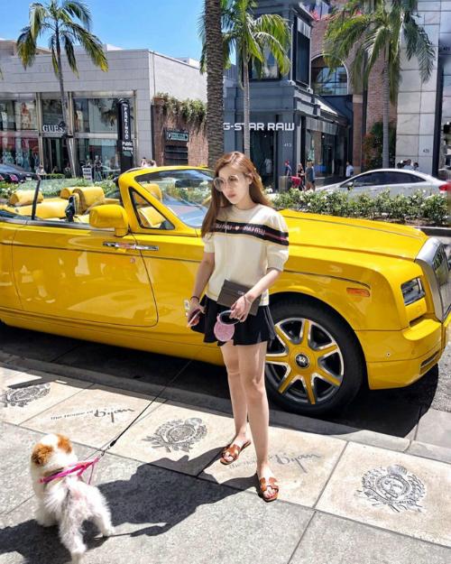 Trinh Hoàng là cái tên được chú ý trong hội con nhà giàu Việt Nam khi được nhắc đến trên báo Mỹ. Hot girl 9x sinh ra trong gia đình kinh doanh tại Hà Nội nên có cuộc sống dư giả. Bản thân Trinh Hoàng cũng bộc lộ niềm đam mê với kinh doanh, thu nhập của cô nàng ước tính lên tới 7000 USD/tháng,