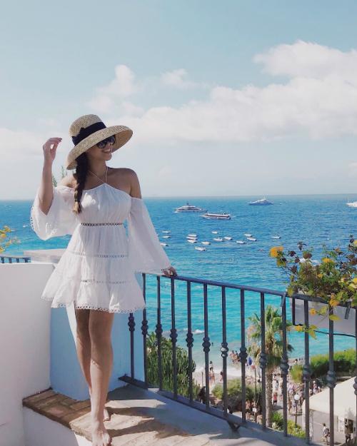 Nghỉ hè năm nay của Tiên Nguyễn tràn ngập nắng và gió biển. Cô nàng có chuyến du lịch tới Italy vài ngày trước. Khác với những hot girl khác, Thảo Tiên chuộng màu da nâu khỏe khoắnvà rất tích cực phơi nắng, phơi gió, tận hưởng kì nghỉ.