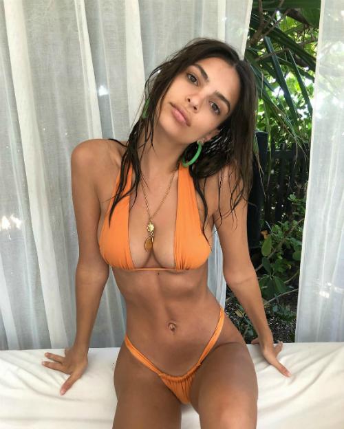 Mới đây, bức ảnh Emily diện bộ bikini màu cam nhạt từ thương hiệu đồ bơi Inamorata đã nhận được rất nhiều sự chú ý của cư dân mạng. Ngay cả Kim Kardashian và Paris Hilton cũng phải để lại bình luận thể hiện sự trầm trồ trước body hoàn hảo của cô nàng.