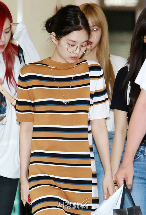 Các cô gái Black Pink trở về từ Nhật Bản. Jennie không make up, búi tóc gọn. Kính tròn gọng vàng đang là phụ kiện hot được nhiều idol ưa chuộng.