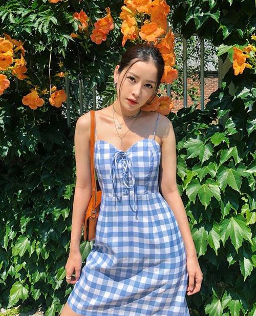 Chi Pu chẳng cần ăn vận phức tạp, chỉ với một chiếc váy kẻ caro xanh đã đủ tôn lên nhan sắc đậm chất Hàn của cô nàng.