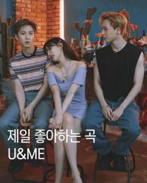 Hyun Ah tự nhiên dựa vào vai Hui.