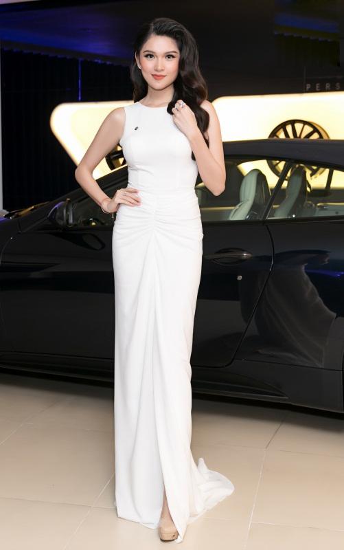 Cuối tuần qua, Á hậu Thùy Dung đảm nhận vai trò MC sự kiện  tại TP HCM. Cô diện váy dạ hội trắng thanh lịch khoe vóc dáng thon thả.