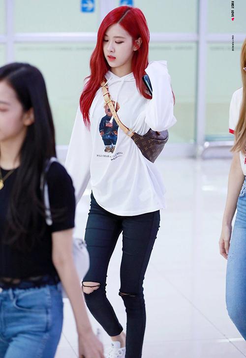 Mái tóc đỏ rực giúp Rosé nổi bần bật. Cô nàng ưa thích những chiếc túi Fanny Pack, đặc biệt là sản phẩm của LV.