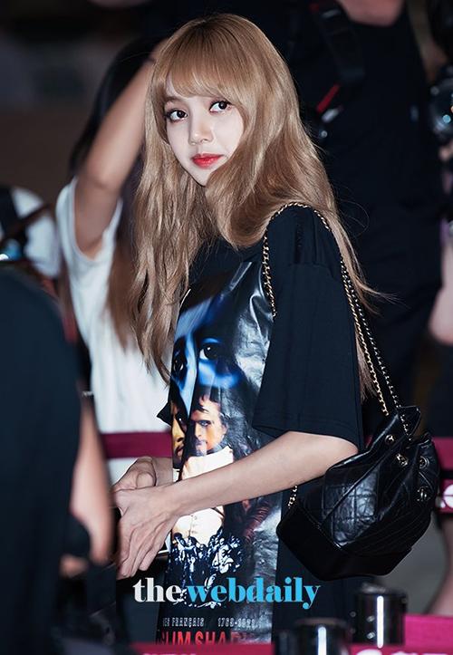 Ngày 22/7, Black Pink tiếp tục lên đường sang Nhật.Lisa chuộng những mẫu áo phông dáng rộng, in hình hầm hố hợp với cá tính của rapper.