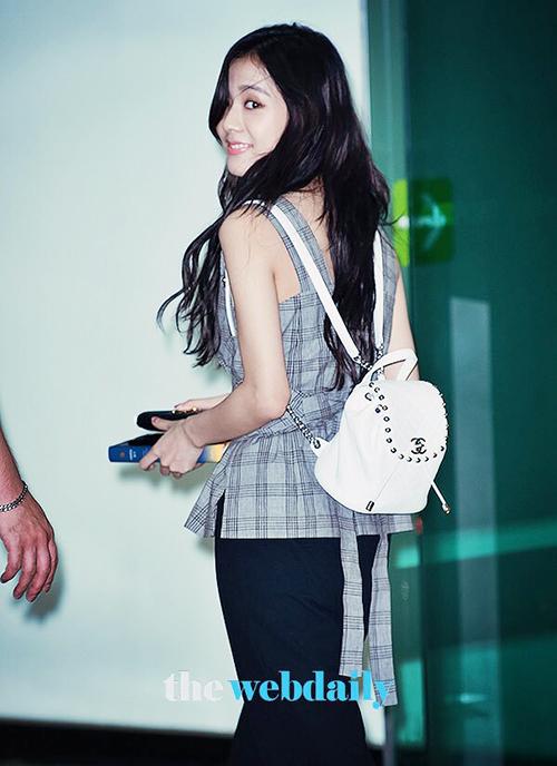Các thành viên Black Pink khá chuộng những mẫu balo nhỏ của Chanel. Ji Soo có khoảnh khắc quay người cũng đẹp như chụp ảnh tạp chí.