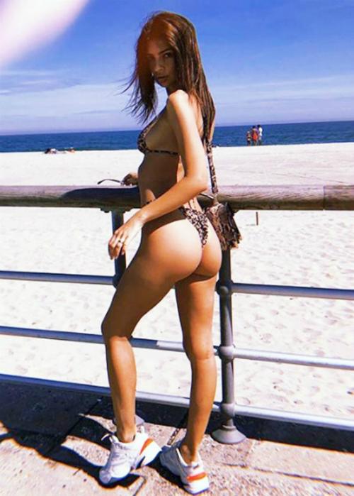 Sở hữu những đường cong quyến rũ, Emily từng được mệnh danh chân dài mặc bikini đẹp nhất Hollywood.