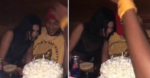 Cô và nhóm bạn của Ben cùng hát Happy Birthday trong không khí vui vẻ. Sau khi Ben thổi nến, Kendall còn dựa sát vào người anh chàng để chỉnh lại chiếc bánh sinh nhật.