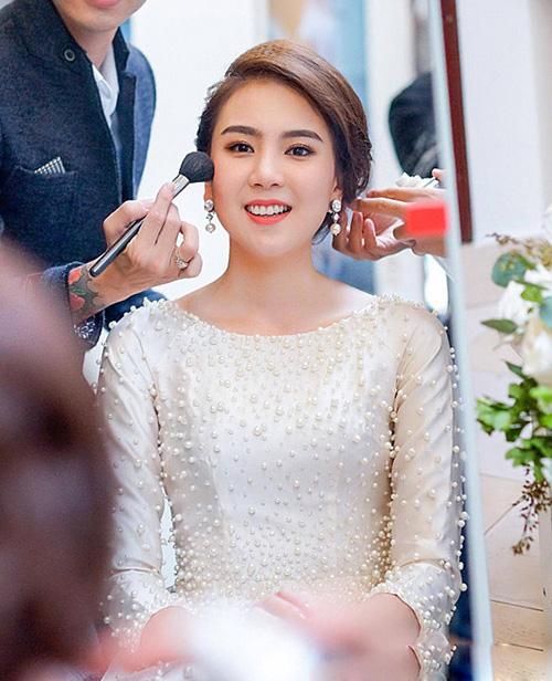 Mai Ngọc cũng được tô điểm cho đôi môi bằng gam đỏ cam để có diện mạo lung linh, hút mắt nhìn khi khoác lên mình bộ váy cô dâu trắng muốt.