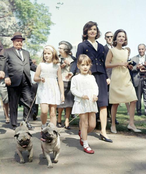 1965: Cựu đệ nhất phu nhân xuất hiện trong bộ trang phục lấy cảm hứng hải quân mạnh mẽ nhưng không kém phần sang trọng.