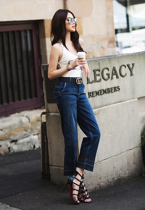 Hoa hậu hàng hiệu Jolie Nguyễn rất tinh tế khi diện chiếc áo bó cùng quần jeans ống loe, giúp tỷ lệ thân hình cân đối hơn, đôi chân thêm dài.