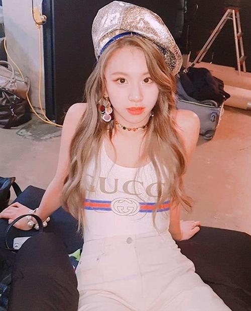 Cùng bộ bodysuit in logo đậm chất cổ điển của Gucci nhưng Chae Young lại diện theo cách trẻ trung, đáng yêu, khác hẳn Sun Mi và Hwasa. Cô nàng kết hợp với quần trắng, mũ beret ánh kim ăn rơ tông màu.