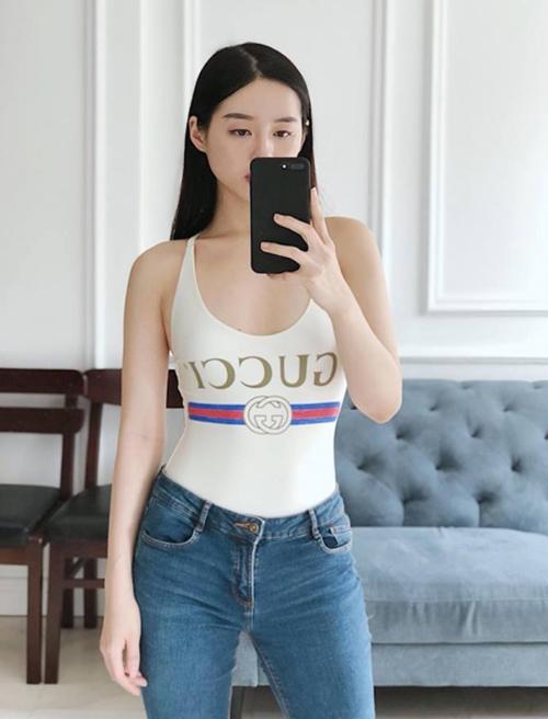 Chiếc áo này còn được lòng rất nhiều mỹ nhân Việt. Khánh Linh thể hiện khả năng mix-match đa dạng, khi diện với quần jeans ra phố...