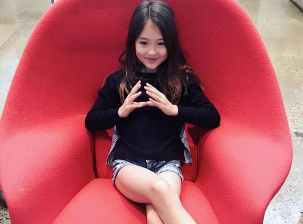 Thần thái sắc sảo của mẫu nhí được ví là Jennie tương lai - 4