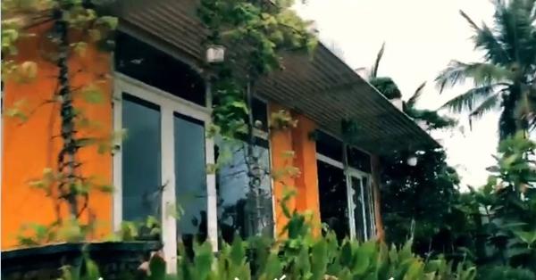 Căn nhà được thiết kế bằng cửa kính tạo nên không gian thoáng đãng.