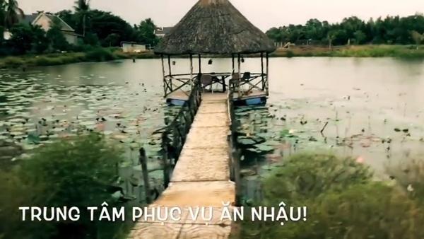 Một chòi nhỏ giữa hồ sen dùng để ăn uống, ngắm cảnh thiên nhiên.
