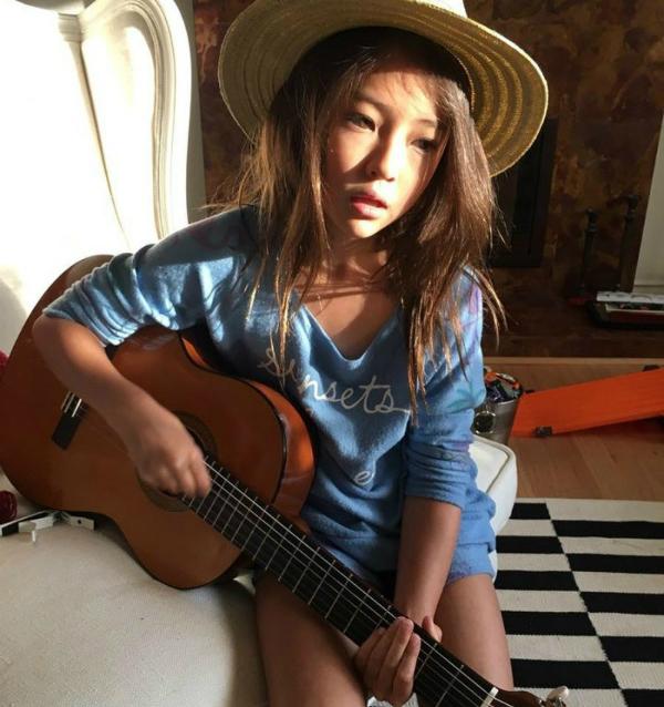 Bên cạnh tài diễn xuất trước ống kính trong những shoot thời trang chuyên nghiệp, Ella còn bộc lộ đam mê vềca hát,chơi nhạc cụ&