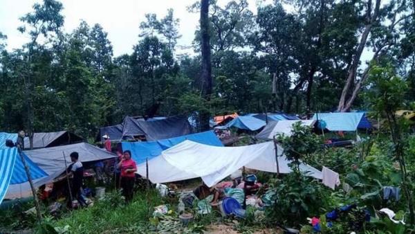 Người dân Lào đang tạm căng lều bạt ở những khu vực không ngập nước để lánh nạn.