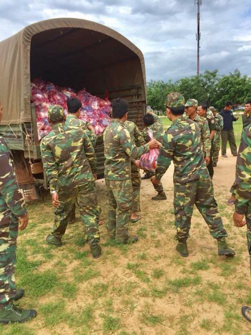 Lực lượng cứu hộ được huy động, mang theo lương thực, nước uống để hỗ trợ người dân.