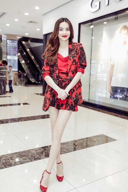 Ngày 23/7, Hồ Ngọc Hà tổ chức một sự kiện làm đẹp tại TP Cần Thơ. Cô đích thân chia sẻ bí kíp làm đẹp, tìm kiếm những gương mặt mới, triển vọng để quảng bá cho dòng mỹ phẩm riêng của mình.