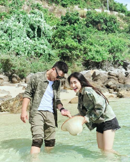Kể từ sau công khai tình cảm, Hòa Minzy và bạn trai thoải mái chia sẻ tình cảm trên mạng xã hội.