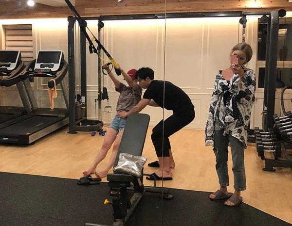 LE diện style cái bang, đến phòng gym chỉ để chụp ảnh trong khi Hye Lin tích cực tập luyện.