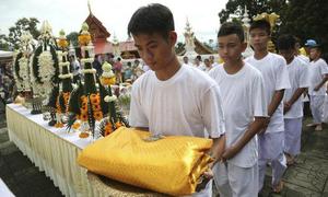 Đội bóng Thái Lan đi tu, thực hiện lời hứa tưởng niệm người thợ lặn đã khuất