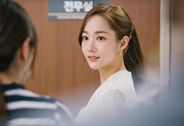 Khi cần trang điểm màu sắc tươi tắn, rực rỡ hơn một chút, Park Min Young thường sử dụng cây son Shiseido Rouge Rouge.