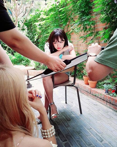 Se Jeong cứ thoải mái tạo dáng, ảnh đẹp đã có các nhân viên lo.