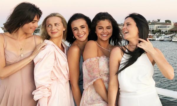 Selena đã có một bữa tiệc sinh nhật tuyệt vời bên cạnh những bạn bè thân thiết nhất vào ngày 22/7 vừa qua trên du thuyền Ambassador Yachttại bãi biển Newport, California (Mỹ).