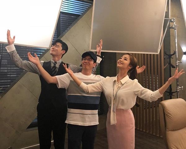 Park Seo Joon rủ rê thư ký Kim Park Min Young thực hiện động tác tỏa ánh hào quang kinh điển của phó chủ tịch Lee.