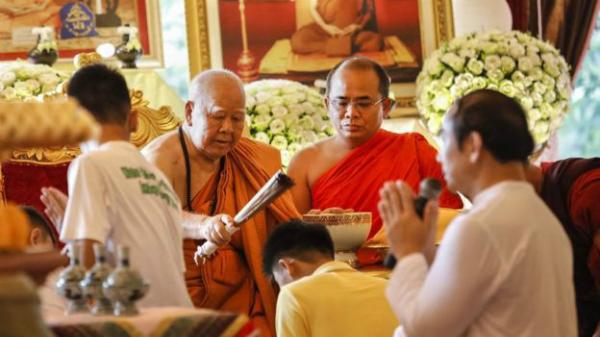 Toàn bộ thành viên được thực hiện lễ xuống tóc và cầu nguyện tại chùa. Ảnh: Reuters