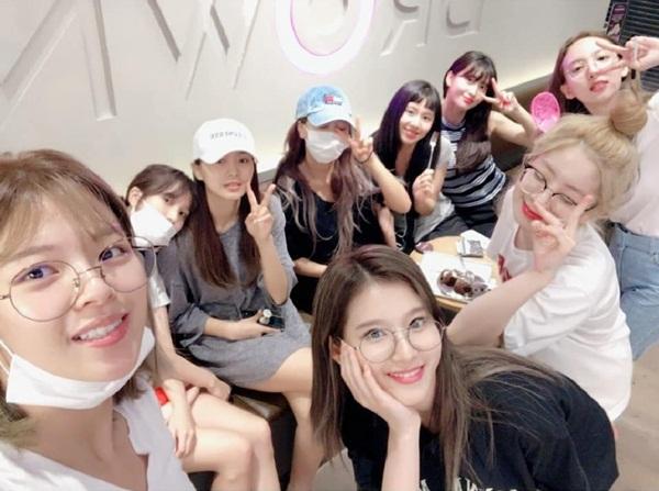 Các cô gái Twice gửi lời cảm ơn các fan sau khi kết thúc 2 tuần quảng bá Dance the night away.