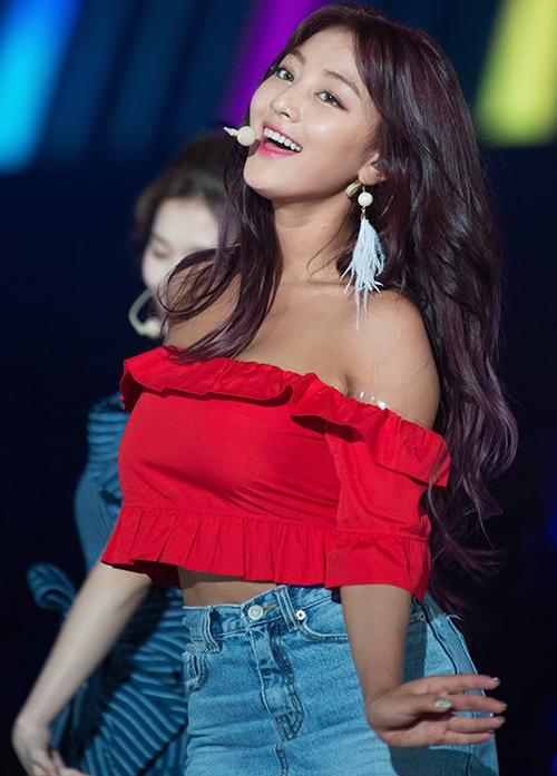 Ji Hyo sở hữu vòng một căng đầy và stylist thường cố chọn trang phục khoe ưu điểm này. Thực tế, một số trang phục của trưởng nhóm Twice khiến khán giả nhức mắt.