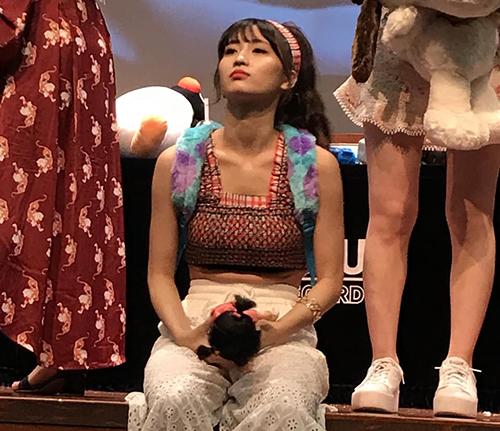 Chiếc áo crop tophại Momo lộ phần bụng mỡ dù cô nàng vốn có thân hình đẹp. Fan cho rằng các cô gái ngồi rất nhiều ở sự kiện ký tặng, stylist cần chọn đồ chính xác hơn.