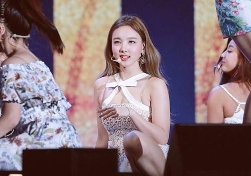 Na Yeon tiếp tục lại phải mặc một thiết kế ren có điểm nhấn ở phần ngực. Twice vốn chỉ quen với hình tượng dễ thương nên kiểu váy áo này khiếnfan cũng khó chịu.