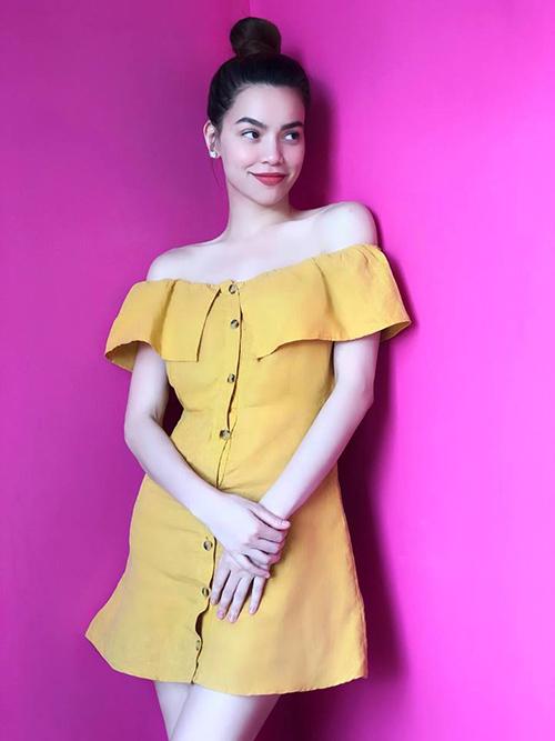 Hà Hồ bất ngờ đổi gió với phong cách trẻ trung như teen girl khi diện chiếc váy vàng mù tạt của một thương hiệu bình dân.