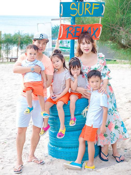 Gia đình 6 thành viên của Lý Hải - Minh Hà rủ nhau diện đồ tông xuyệt tông ra biển chơi cực nhộn.