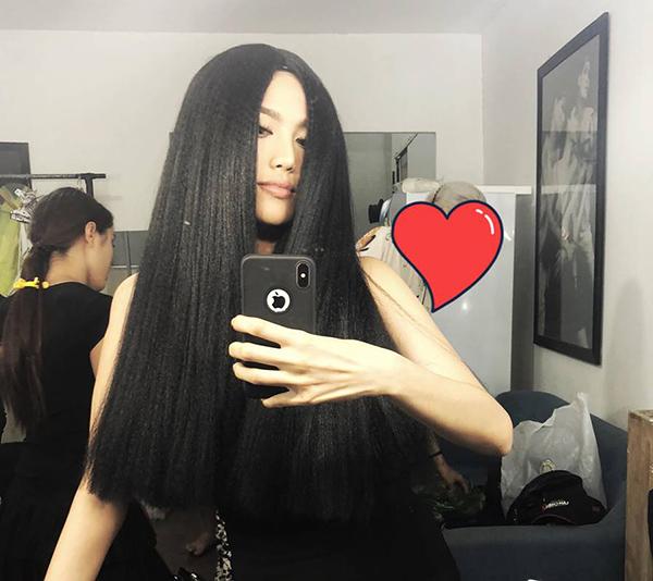 Lan Khuê chẳng khác gì... ma nữ khi đội bộ tóc giả đen dài.