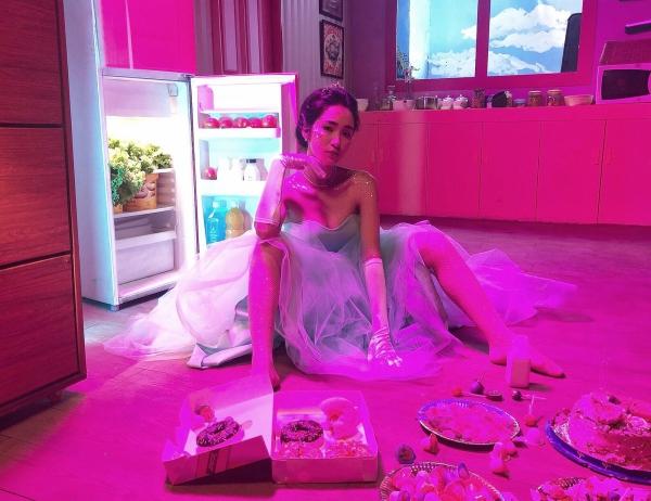 Sau hit Rời bỏ với giai điệu ballad thất tình tạo được sự chú ý, Hòa Minzy thừa thắng xông lên bằng một MV mới mang tên Nàng tiên cá (sáng tác Châu Đăng Khoa). Khác với sự dịu dàng, nữ tính, lần này nữ ca sĩ khai thác sự hài hước và tính cách lầy lội của mình.