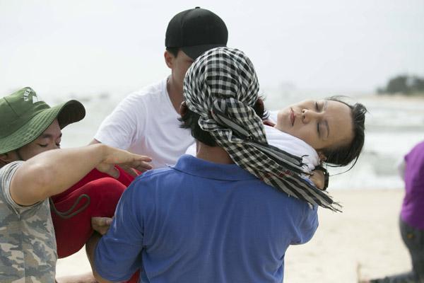 Việt Hương xỉu vì phải ngâm mình dưới nước quá lâu.