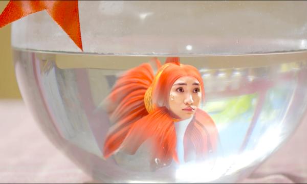 Hòa Minzy mang đến màu sắc tươi trẻ của mùa hè. MV kể về câu chuyện một cậu bé có đôi chân không được lành lặn, luôn cảm thấy tự ti và không hào hứng với cuộc sống. Nhân dịp sinh nhật cậu bé được bà nội tặng cho một con cá vàng. Không ngờ con cá ấy chính là nàng tiên cá trong truyền thuyết mà các bạn trẻ thường thấy trong truyện cổ tích. Phát hiện Nàng tiên cá muốn quay trở về biển xanh, cậu bé cùng em gái và bạn bè có cuộc hành trình giải cứu hết sức gian truân để giúp nàng tiên cá thoát khỏi và trở về với thiên nhiên.