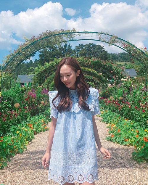 Jessica diện váy của thương hiệu thời trang riêng, khoe vẻ nữ tính ngọt ngào trong vườn hoa nước Pháp.