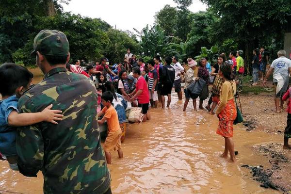 BBC dẫn lời giới chức tỉnh Attapeu, Lào cho biết, lực lượng cứu hộ đang chạy đua với thời gian và nước lũ để tìm kiếm những người sống sót cũng như hỗ trợ người dân trong vùng ảnh hưởng sơ tán.Quân đội Lào và các lực lượng cứu hộ đang chuyển đồ tiếp tế, vận chuyển bằng trựcthăng để hỗ trợ người dân.