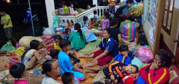 Phụ nữ, trẻ em, người già chen chúc nhau trong các khu nhà tạm.