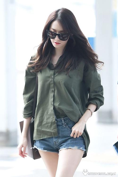 Sơ mi được xem là item bất hủ của thời trang. Những chiếc áo có kiểu dáng càng đơn giản thì càng được sao Hàn yêu thích khi ra sân bay để giữ sự thoải mái.