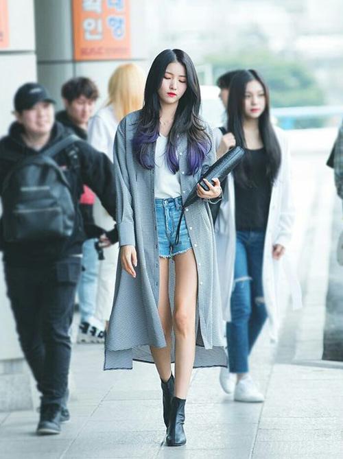 Công thức diện áo khoác mỏng dáng dài cùng quần shorts hoặc chân váy ngắn được nhiều idol yêu thích để khoe khéo đôi chân thon mà không bị phản cảm, bước đi trông bay bổng, phóng khoáng hơn, khi lên máy bay cũng không bị lạnh.