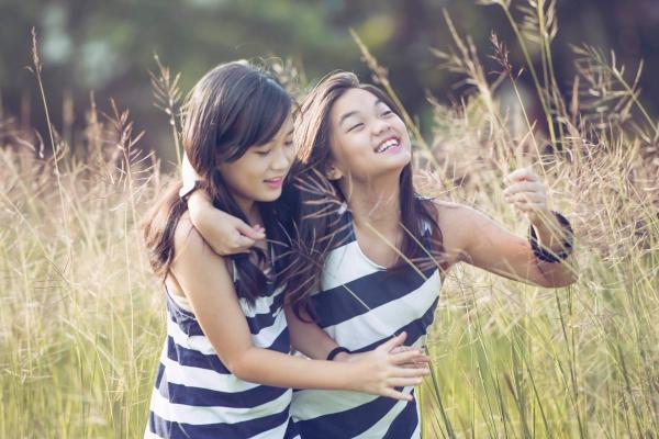Hai chị em được khoe nét tươi tắn, trong trẻo và thân thiết. Hai cô nàng được bố mẹ đầu tư, có kế hoạchcho đi du học nước ngoài.