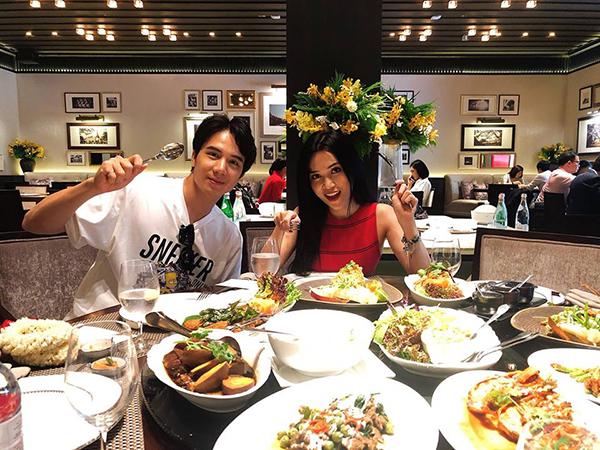Sĩ Thanh và bạn trai hot boy thưởng thức bữa ăn đầy ắp ở Bangkok.